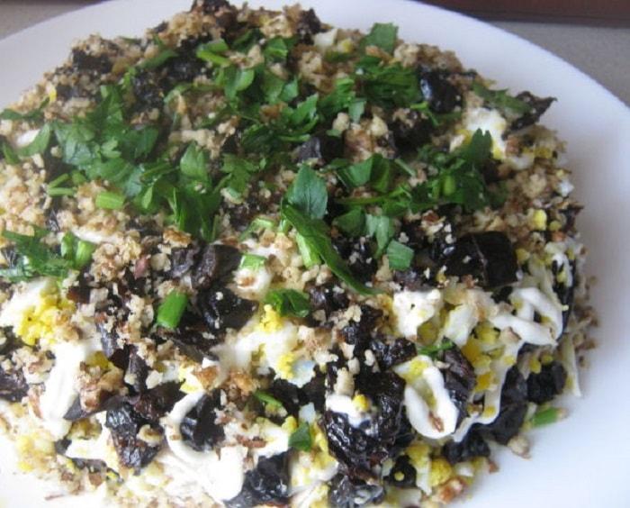 Готовый салат из курицы с черносливом «Дамский каприз»