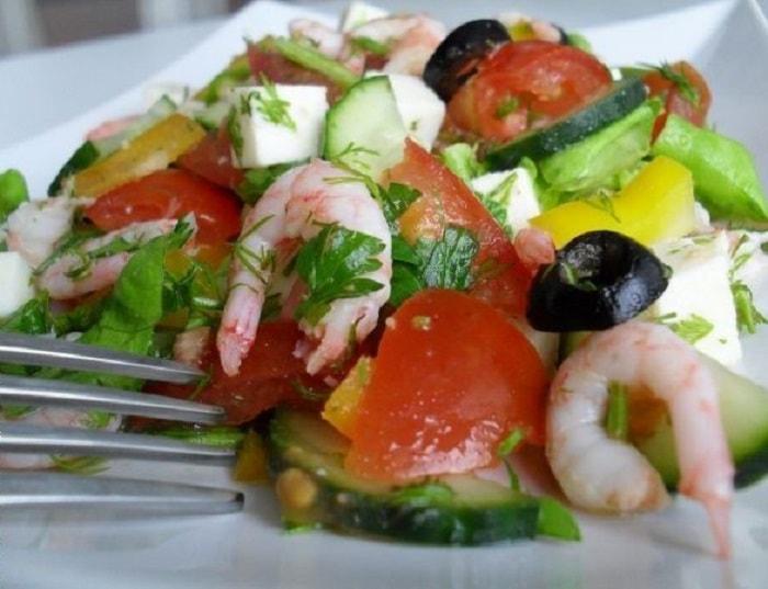 Готовый фитнес-салат с креветками