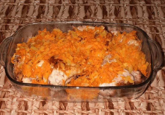 Крольчатина с луком и морковью на противень