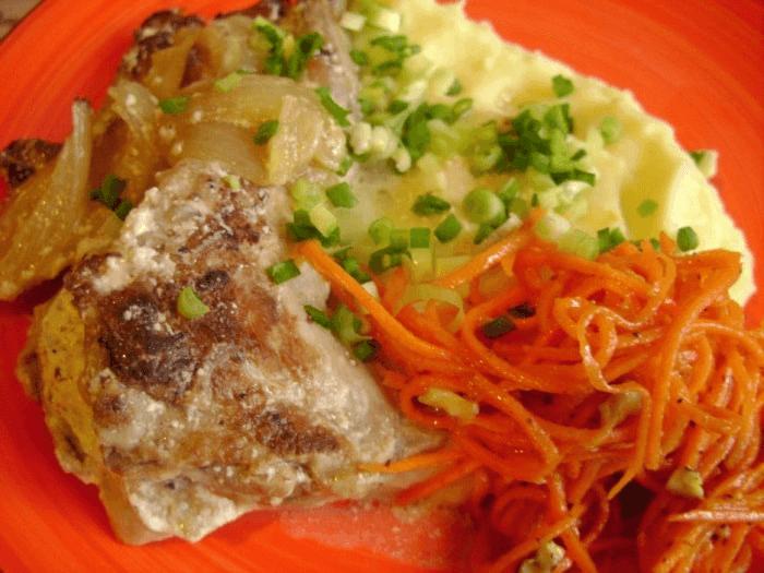 Готовое блюдо кролика в сметане на сковороде