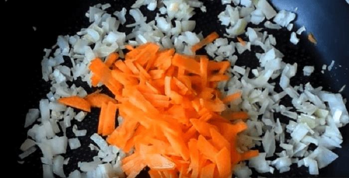 Нарезанные лук с морковкой перед обжаркой