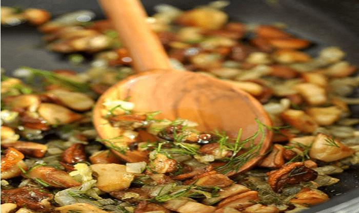 Жаренные грибы с добавлением зелени