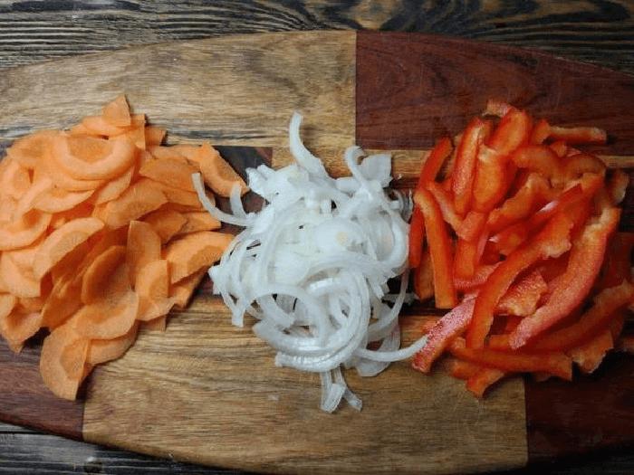 Лук, морковь и перец