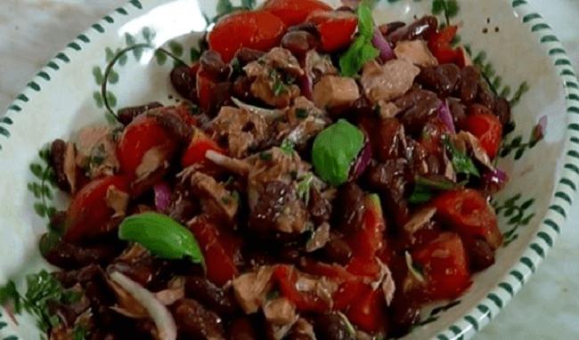 Салат с помидорами, фасолью и тунцом – картинка