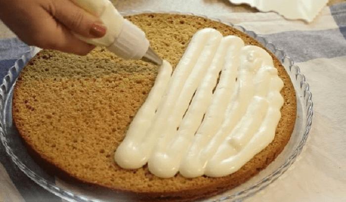 Промазывание кремом коржи
