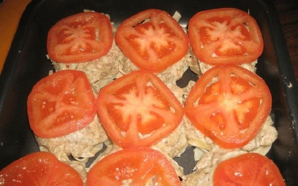 Порезанные кольца помидор сверху фарша