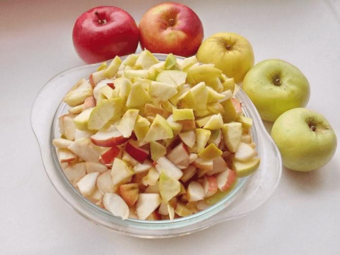 Яблоки нарезать произвольными кусочками
