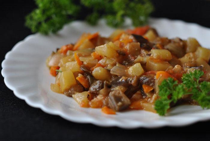 Тушеная картошка с мясом и кабачками в мультиварке – картинка