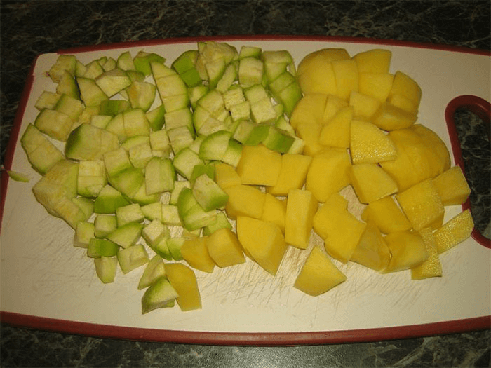 Картофель и кабачки очистить, измельчить кубиками