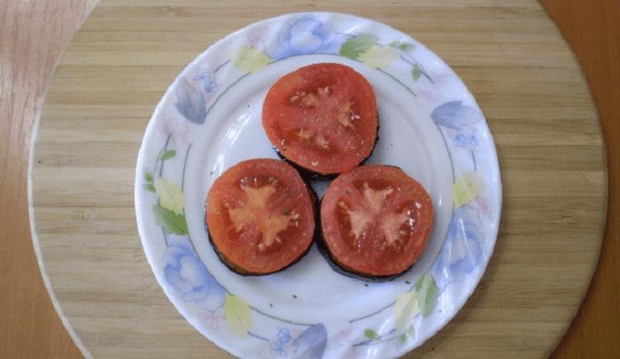 Кладем порезанный на кружочки томат