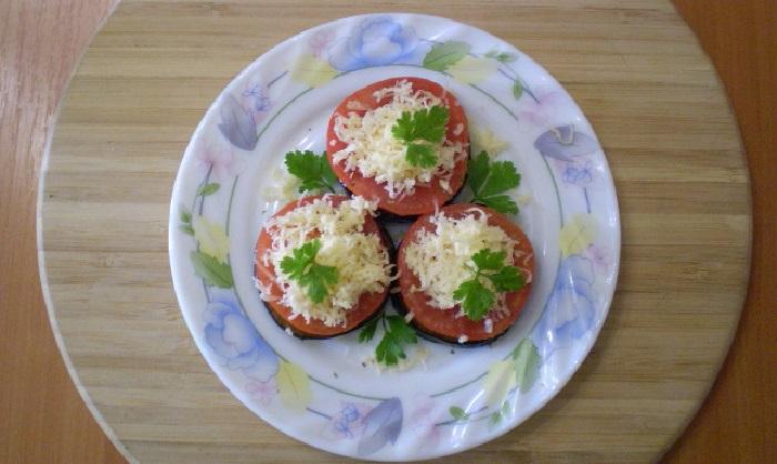 Жареные баклажаны с помидорами и сыром – картинка