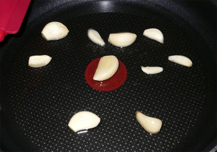 На раскаленной сковороде обжарить чеснок