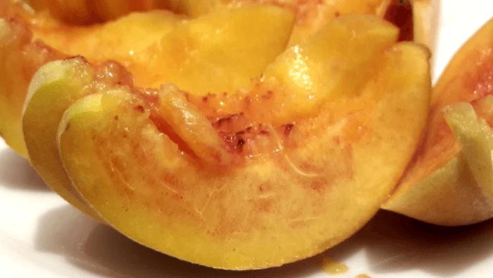 Персик режем дольками и выкладываем