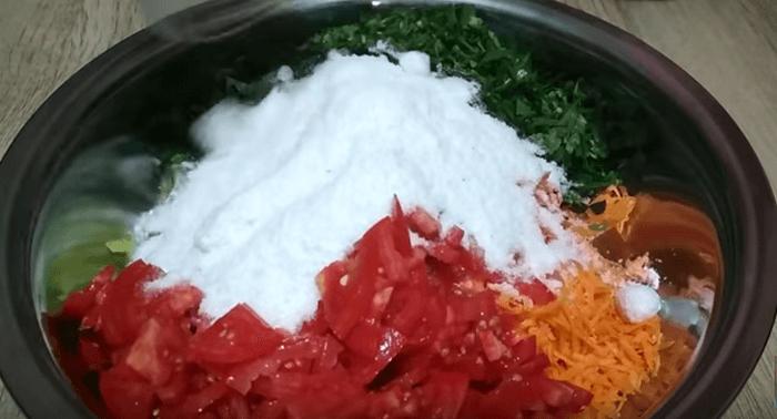 Овощи соединить, пересыпать солью