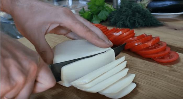 Сыр и помидор нарезать