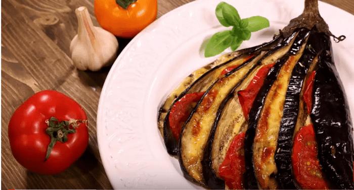Баклажан с помидором и сыром запеченные в духовке – картинка