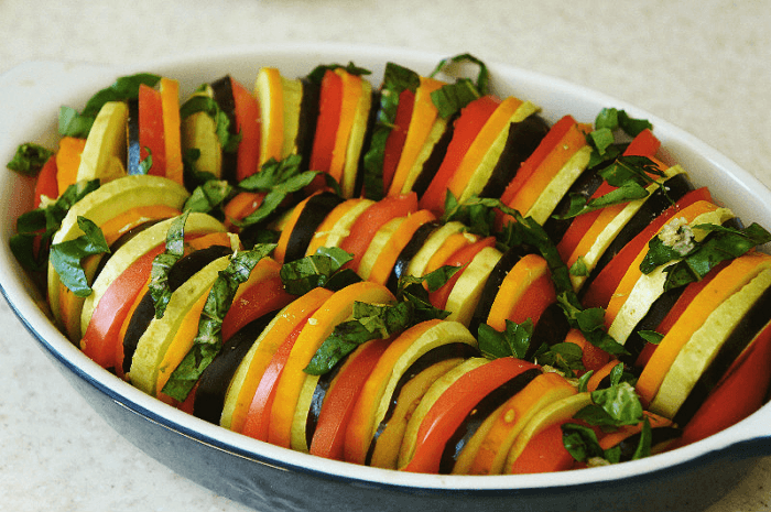 В глубокий противень выложить овощное ассорти