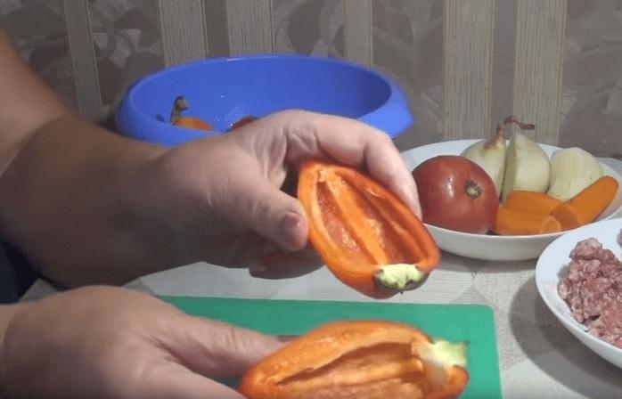 Перцы тщательно моются, разрезаются на две половинки