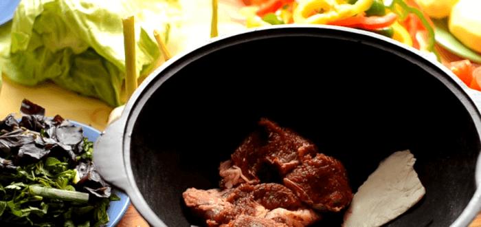 Мясо разрезать на порционные куски и отделить от кости
