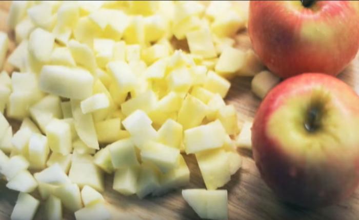 Яблоки режем на мелкие части