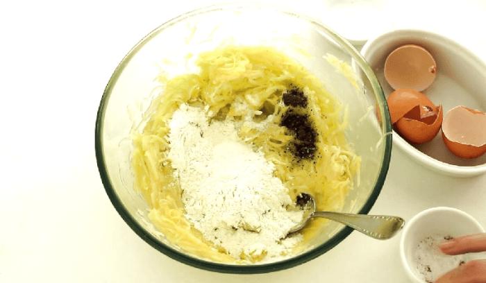 Перемешать яйца соль, перец и муку