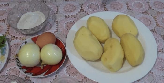 Помыть, почистить и натереть лук и картофель