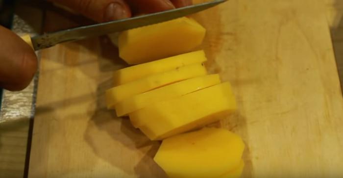 Картофель порезать на пластинки