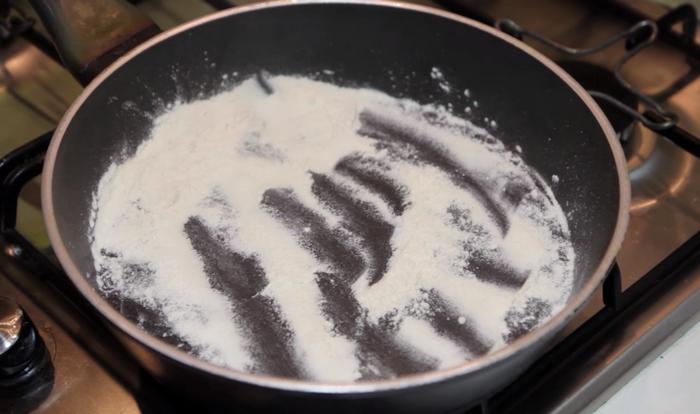В сковороду насыпать столовую ложку муки
