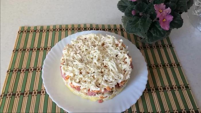 Салат с колбасой и сыром – картинка