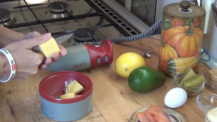 Порезать твердый сыр