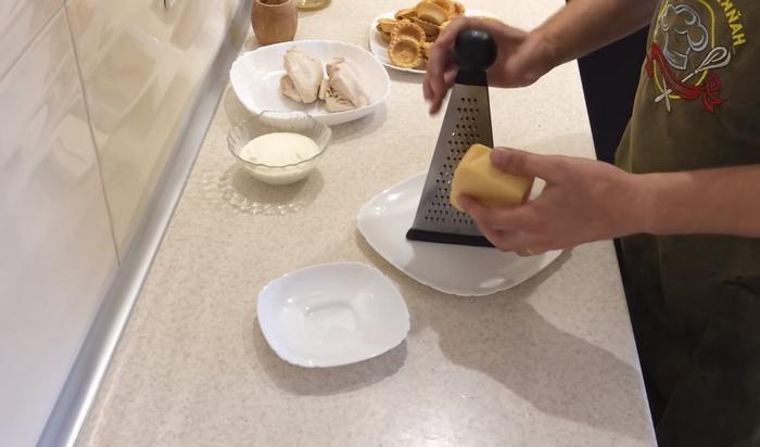 Сыр перетереть на мелкой терке