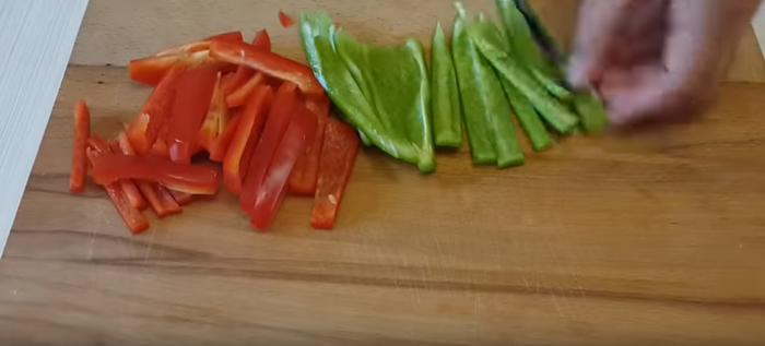Болгарский перец нарезаный тонкими кусочками