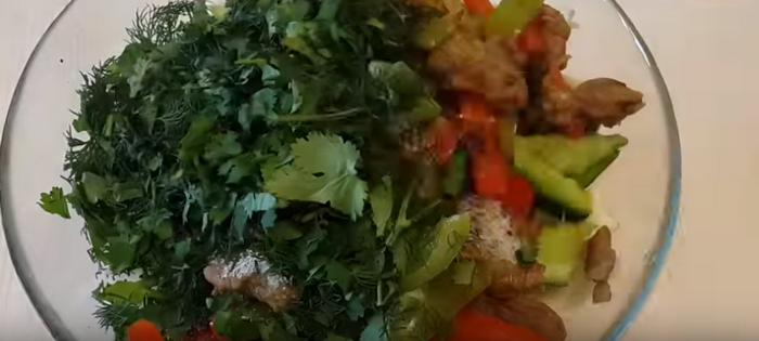 Смешать обжаренное мясо с овощами