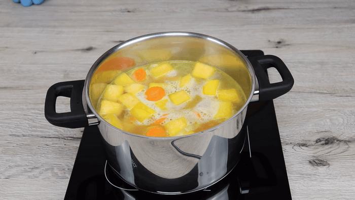 Тыкву, морковь и лук отварить