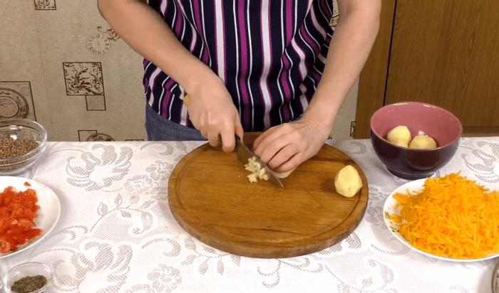 Нарезка картофеля маленькими кубиками