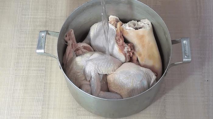 Курицу и ножки залить холодной водой