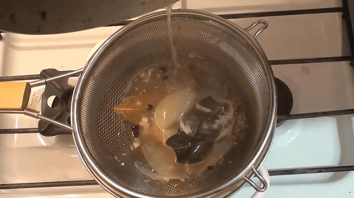 Процедить содержимое кастрюли