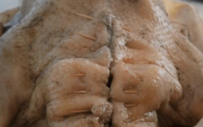 В гусе заделать отверстие зубочистками