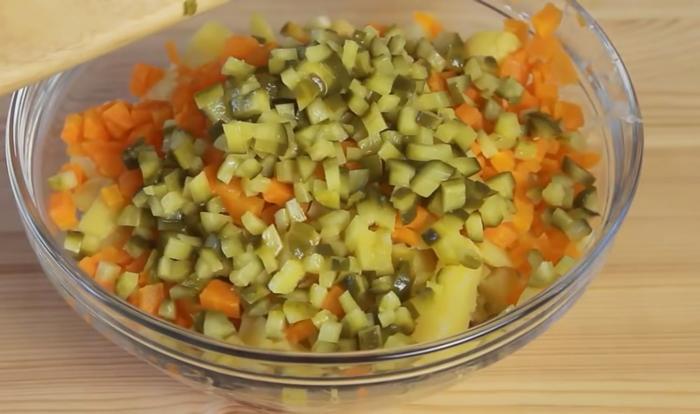 Морковь и огурцы порезанные кубиками