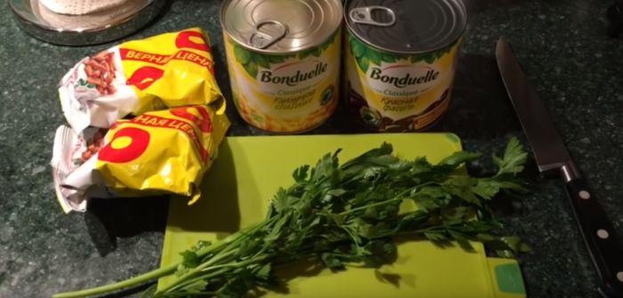 Ингредиенты салата из фасоли и сухариков
