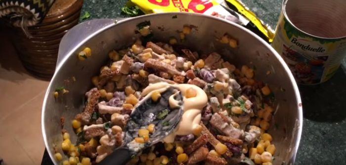 Салат из консервированной фасоли и сухариков