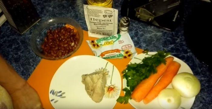 Ингредиенты салата с консервированной фасолью, жареной морковью и луком