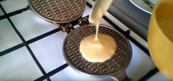 Заливание теста в вафельницу