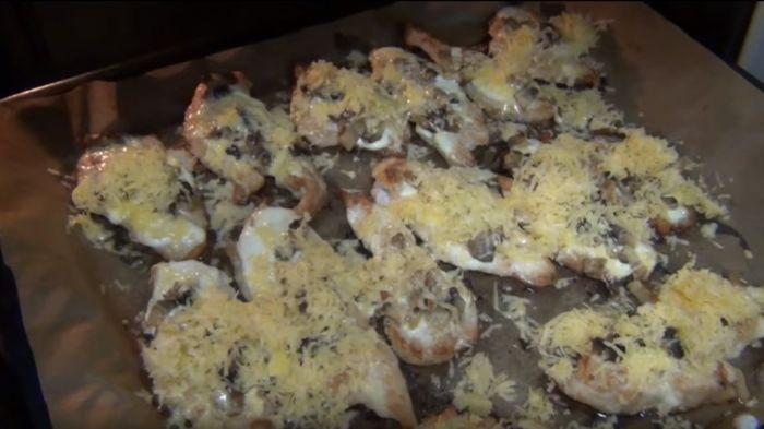 Тертый сыр на каждом кусочке филе курицы