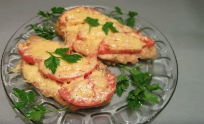 Отбивные из куриного филе в духовке с сыром и помидорами