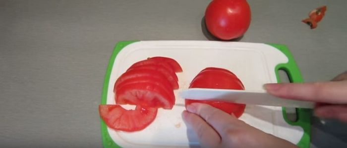 Тонкие полукольца томатов