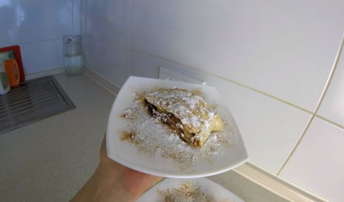 Венский штрудель с яблоками из слоеного теста