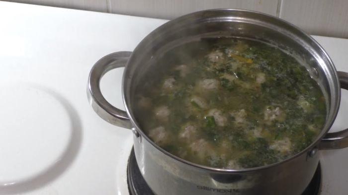 Готовый суп с гречкой и фрикадельками