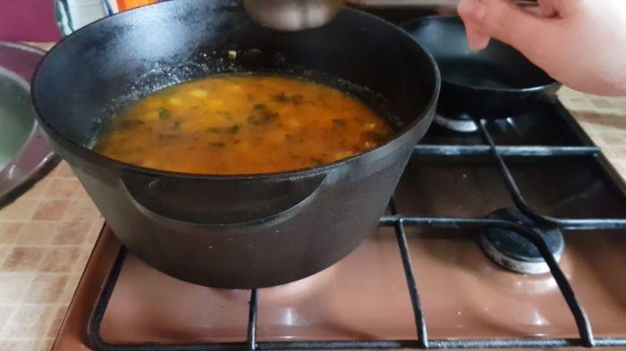 Варение супа с соленными огурцами