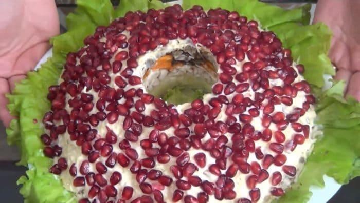 Салат «Гранатовый браслет» с курицей и грецкими орехами без свеклы
